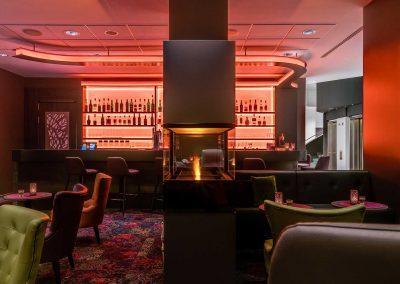 Park Inn by Radisson Koeln City West Bar mit Kamin und Tischen